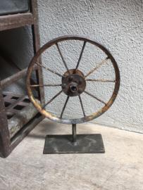Oud metalen wiel op statief wieltje ornament op voetje industrieel stoer vintage landelijk
