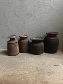 Oude houten kandelaar van oud Nepal potje kruik landelijk stoer robuust sober kruikje hout doorleefd