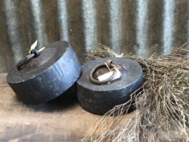 Zware stenen deurstop met oog stoer gewicht landelijk stoer robuust steen kei hardsteen industrieel