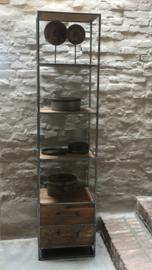 Stoere hoge brede metalen kast met 4 lades industrieel oude houten kast straight landelijk robuust boekenkast schap rek grof stoer hout