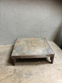 Oud metalen offertafeltje offertafel opstapje industrieel landelijk stoer metaal zink zinken bruidstafeltje bruidsplank metaal ijzer