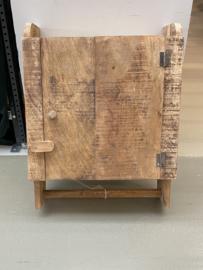 Stoer houten kastje met deurtje en roede wandkastje wandkapstok stang handdoekrek landelijk stoer