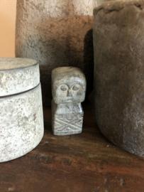 Grijs stenen beeldje pop poppetje landelijk stoer