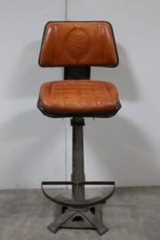 Stoere industriele barkruk kruk met rugleuning zithoogte 80 cm leren zitting industrieel stoer landelijk grijs bruin cognac