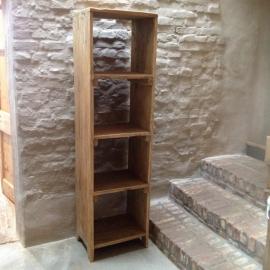 Stoere hoge smalle oude houten kast landelijk robuust boekenkast schap rek grof stoer hout