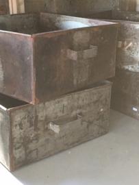 Oude metalen bak handvaten landelijk industrieel stoer la lade