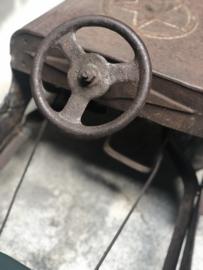 Originele oude metalen skelter trapauto trapfiets trapwagen speelgoed kind vintage industrieel brocant antiek oud landelijk sleets