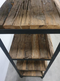 Stoere hoge smalle oude houten kast 6 legplanken landelijk industrieel vintage robuust boekenkast schap rek grof stoer hout