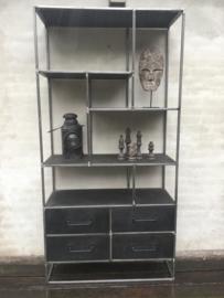 Stoere grote hoge brede metalen kast met 4 lades zwart grijs antraciet industrieel oude houten kast straight landelijk robuust boekenkast schap rek grof stoer hout