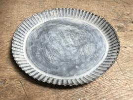 Rond grijs zinken schaal schaaltje kartel taartvorm onderbord bordje landelijk Brocant 20 cm