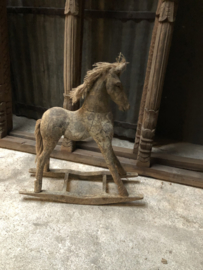 Groot vergrijsd houten hobbelpaard paard paardje hout stoer landelijk