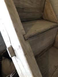 Originele oude vergrijsd houten trap landelijk boerderij trap stoer robuust antiek
