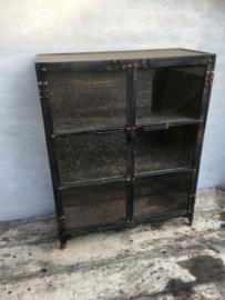 Grote industriële metalen kast vitrinekast ijzer landelijk industrieel zwart 2 deurtjes glas metaal
