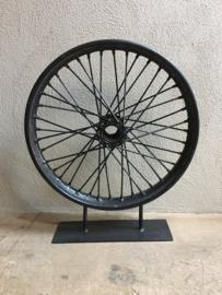 Groot zwart bromfietswiel op standaard wiel industrieel landelijk vintage