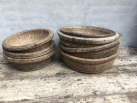 Prachtige oude kleine ronde olijfbak vergrijsd houten schaal bak met oud metalen beslag kaasmal kaasbak landelijk olijfbak