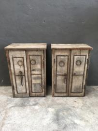 Oude vergrijsd houten nachtkastjes nachtkastje toilet badkamer kastje kast hakkastje wandmeubel stoer robuust landelijk industrieel metalen beslag
