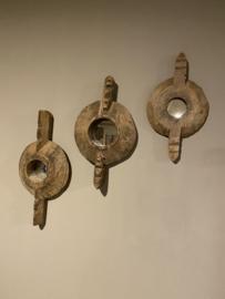 Prachtig oud geleefd vergrijsd houten rond ornament met spiegeltje landelijk stoer robuust industrieel raja wooden art