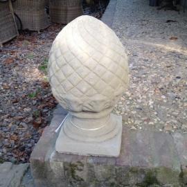 Betonnen tuinornament eikel artisjok grape grijs grauw beige pineapple ornament beeld tuinbeeld dennenappel beton beige
