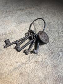 Gietijzeren sleutelbos 5 sleutels en ring munt brocant landelijk oude stijl