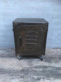 Industriële metalen trolley locker kastje nachtkastje nachtkastjes bedside op wielen wieltjes wheels industrieel landelijk stoer metal metaal grijs bruin grijsbruin vintage