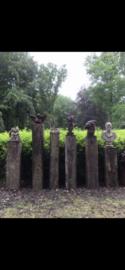 Stoere vergrijsd houten meerpaal sokkel balk balken pilaar zuil landelijk