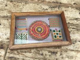 Oud houten vitrinekastje wandkastje kastje met oude kamelendoeken erin Brocant landelijk vintage retro