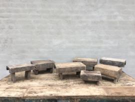 Oude vergrijsd houten voetenbankje opstapje krukje vensterbankje bajot opstap bankje landelijk stoer doorleefd