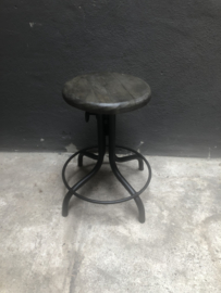 Stoere industriële kruk mat zwart metalen onderstel grijs vergrijsd houten ronde zitting verstelbaar