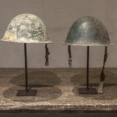 Vintage oude metalen helm legerhelm op standaard statief leger army industrieel stoer