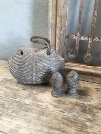 Oude vergrijsd houten bel landelijk decoratie vergrijsd aan oud jute touw
