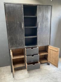 Grote zwarte stoere houten kast landelijk schuifdeuren deuren lades schappen vakken industrieel keukenkast linnenkast
