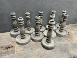 vergrijsd houten kandelaar tafelkandelaar baluster dinerkaars balluster smal smalle  kandelaar hout vintage industrieel stoer ruw sober landelijk sober
