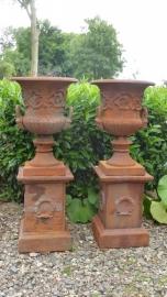 Grote gietijzeren tuinvaas roest pot gietijzer vaas tuinpot op sokkel zuil pilaar landelijk groot