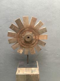 Groot oud vergrijsd houten ornament molen rad spoel spinnenwiel wiel op statief standaard eye-catcher raamdecoratie landelijk stoer grijs