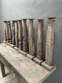Oude vergrijsd houten baluster kandelaar kandelaars landelijk sober stoer stompkaars
