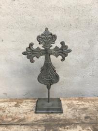 Grijs bruin metalen kruis op voetje standaard decoratie landelijk brocant