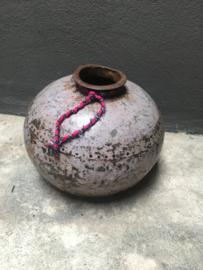 Oud metalen pot kruik vaas industrieel grijs lila metaal stoer landelijk vintage