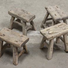 Oud houten krukje opstapje krukjes bankje kruk landelijk stoer oud vensterbankje doorleefd vergrijsd industrieel brocant klein hout vintage robuust