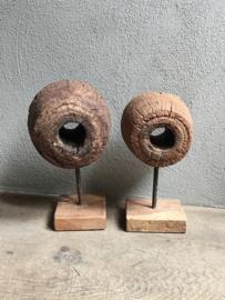 Stoer grof houten ornament wiel op voet op statief hout ruw robuust industrieel grof landelijk grinder