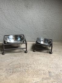 Smeedijzeren voerbak drinkbak waterbak hondenbak poezenbak hond poes hondenvoerbak voerbakjes waterbakje hond kat landelijk brocant gietijzer bruin metaal