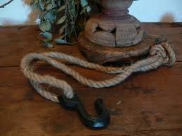 Bruine gietijzeren haak aan grof jute touw 70 cm landelijk stoer industrieel
