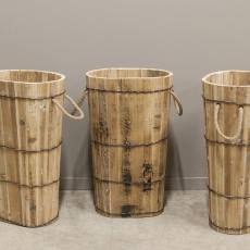 Oude houten paraplubak paraplu-bak landelijk stoer metalen beslag grof jute touw indsutrieel pot vaas bak kruik