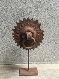 Prachtig oud ornament beslag op standaard deurknop landelijk stoer antiek