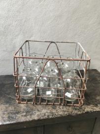 Oud metalen kratje met nieuwe glazen flessen bric-à-brac industrieel brocant