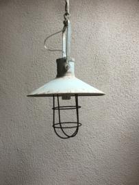 Metalen stoere landelijke hanglamp stallamp korf aan ketting metalen kap grijs grijsblauw vintage industrieel fabriekslamp