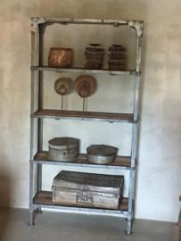 Zwarte Stoere industriële metalen kast zwart boekenkast met oude houten legplanken industrieel landelijk stoer grijs metaal hout