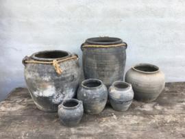 Grote grijze stenen kruik pot vaas met grof jute touw koord landelijk stoer sober robuust