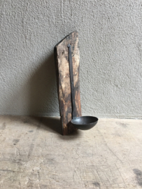 Metalen lepel op stuk vergrijsd naturel doorleefd  oud sloophout wrakhout wanddecoratie wandkandelaar theelicht landelijk industrieel vintage brocant stoer