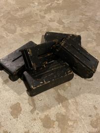 Oude zwarte stoere houten tissuebox van oude baksteenmal zwart tissues doekjes landelijk stoer industrieel vintage