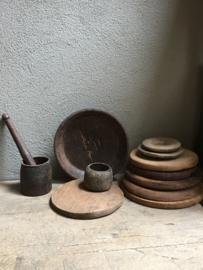 Oude houten roti plank kaasplank sober robuust doorleefd oud hout ronde plate plank onderzetter rond japatti landelijk stoer robuust hout chapati